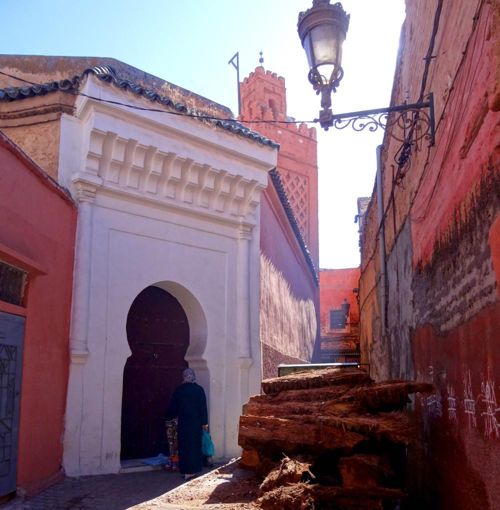 Rue baignée de lumière à Marrakech