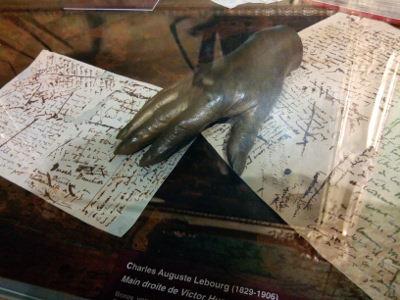 Manuscrits de Victor Hugo et une réplique en bronze de sa main droite