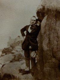 Victor Hugo sur le rocher des proscrits à Jersey (photographie)