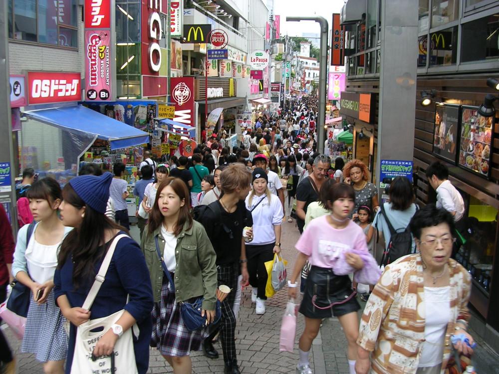 La rue commerçante Takeshita, haut lieu de la mode, fréquentée par de nombreux jeunes (Tokyo)
