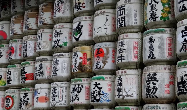 Barils de Saké donnés en offrande, au temple Meiji-Jingu (Tokyo)