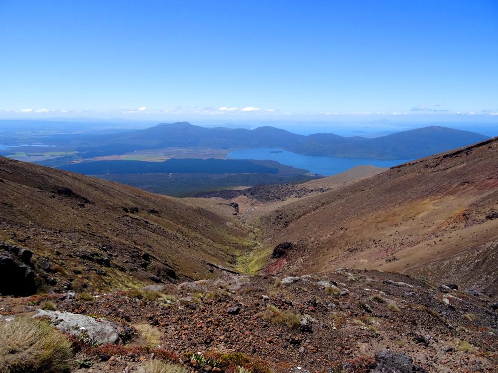 Tongariro Alpine Crossing : vallée de Ketetahi et vue sur le Lac Taupo